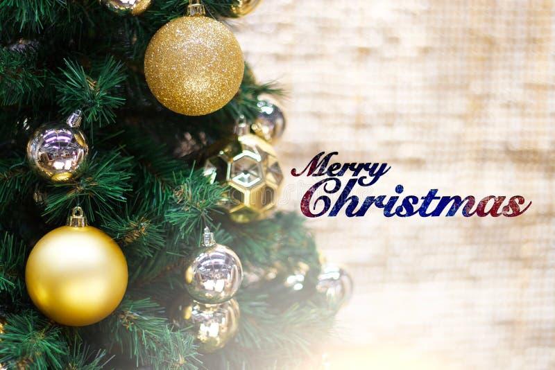 Glänzendes Gold und silberne Weihnachtsbälle auf Weiß mit Kiefer und Text der frohen Weihnachten lizenzfreie stockfotos