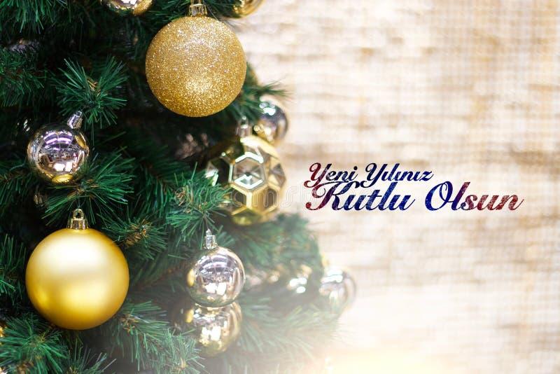 Glänzendes Gold und silberne Weihnachtsbälle auf Weiß mit Kiefer Yeni-yiliniz kutlu olsun Durchschnittguten rutsch ins neue jahr stockbild