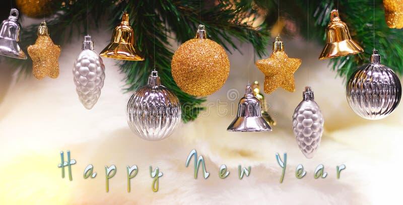 Glänzendes Gold und silberne Weihnachtsbälle, Sterne und Glocken auf Weiß mit Kiefer für neues Jahr mit guten Rutsch ins Neue Jah lizenzfreies stockfoto