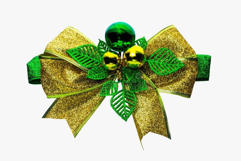 Glänzendes Grün und Goldweihnachten beugen und der Ball, der auf weißem Hintergrund mit Kopienraum lokalisiert wird Band für Gesc lizenzfreies stockbild