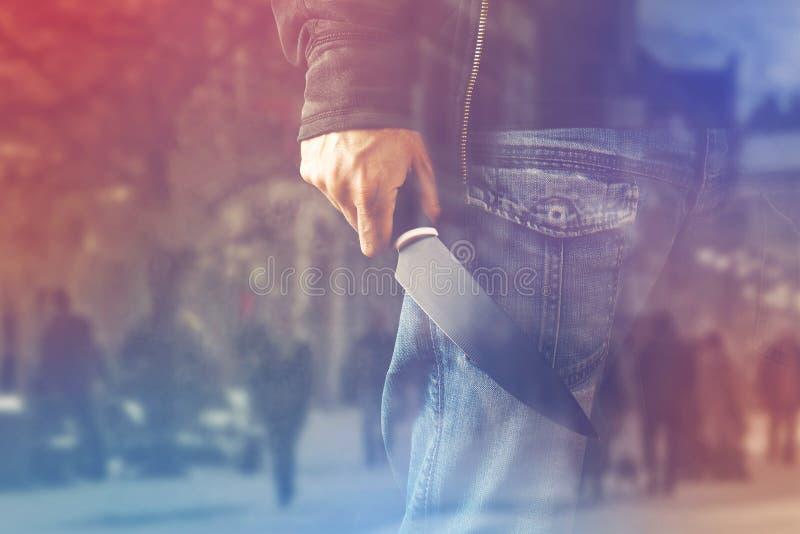Glänzendes Messer des schlechten Manngriffs, Mörder in der Aktion lizenzfreie stockbilder