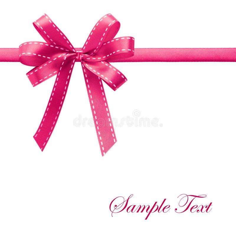 Glänzendes rosafarbenes Satinfarbband auf weißem Hintergrund stockbilder