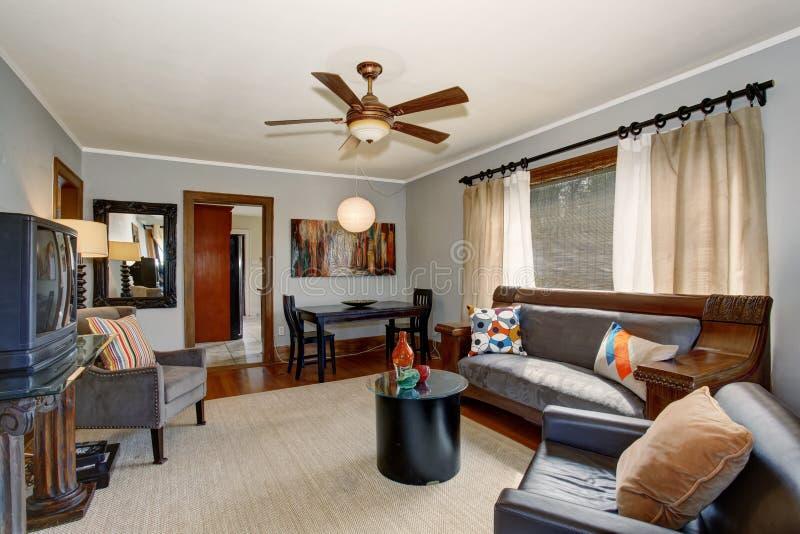 Glänzendes Wohnzimmer mit modernem Gefühl und graue Töne stockbilder