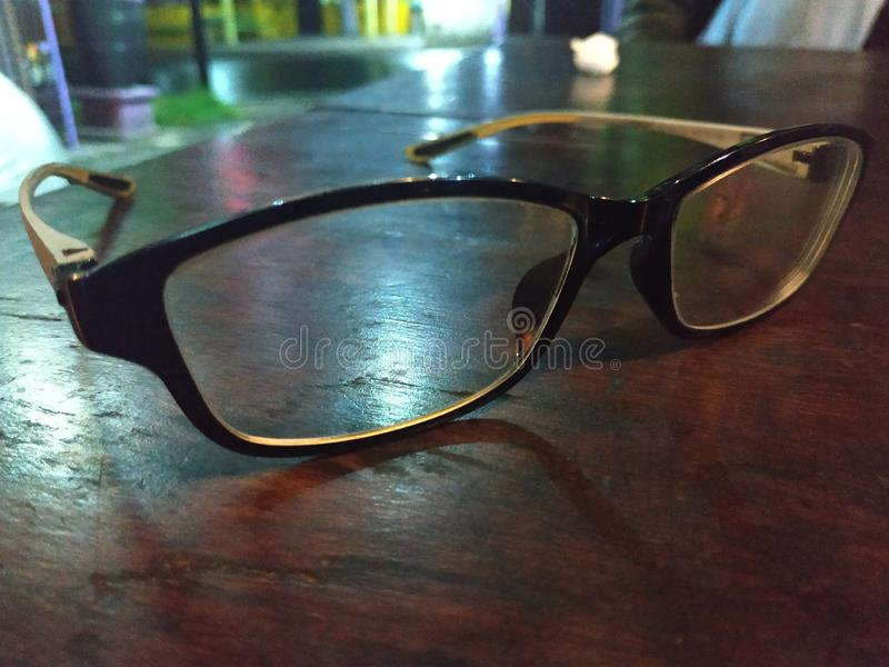 Gläser auf braunem Holztisch in vibrierendem Toneffekt stockfotos