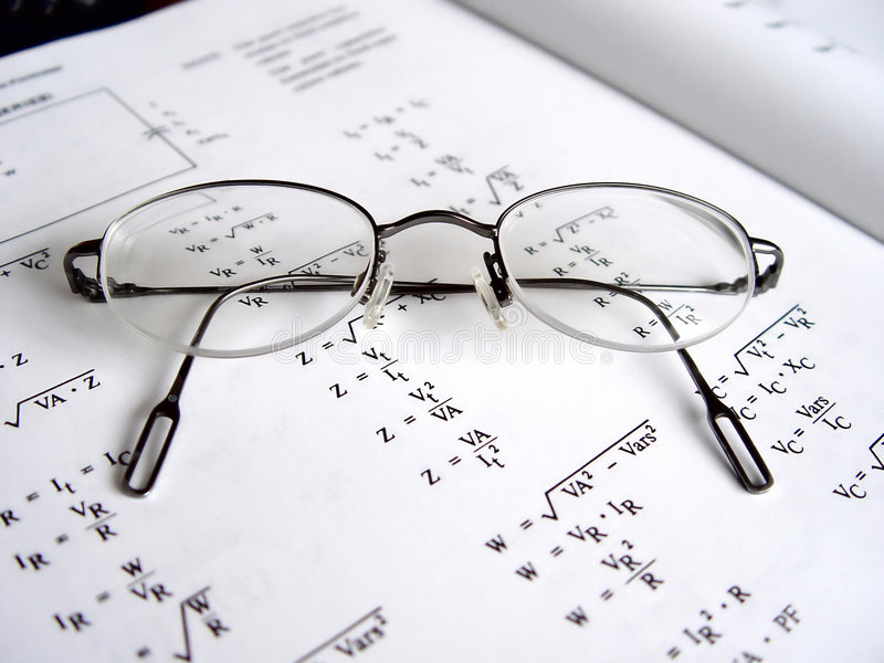 Gläser auf Buch II stockbild