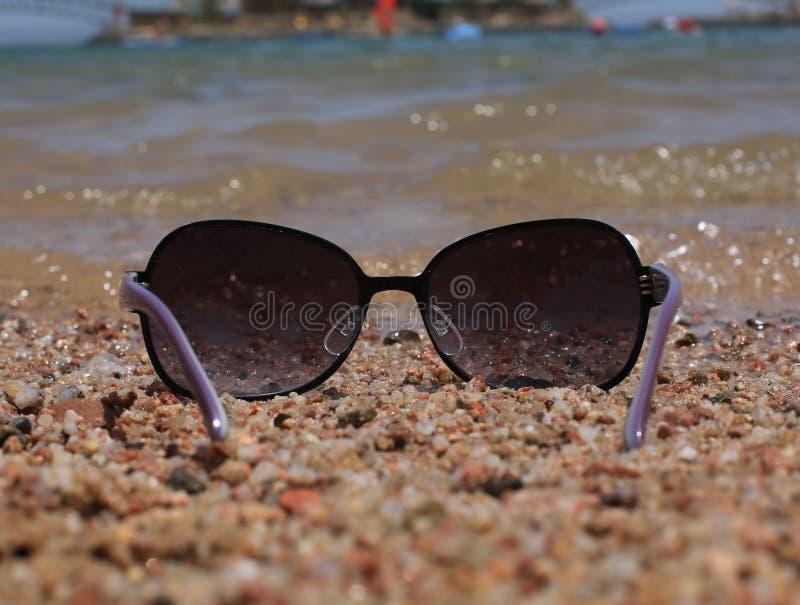 Gläser auf dem Hintergrund des Meeres lizenzfreies stockfoto