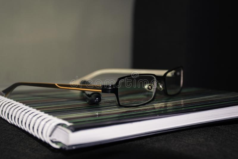 Gläser auf dem Notizbuch lizenzfreie stockbilder