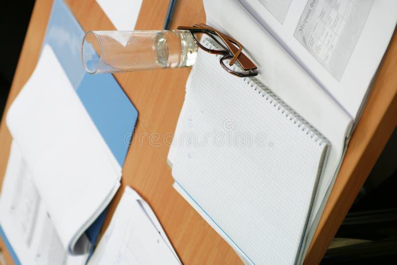 Gläser auf dem Notizbuch lizenzfreies stockbild