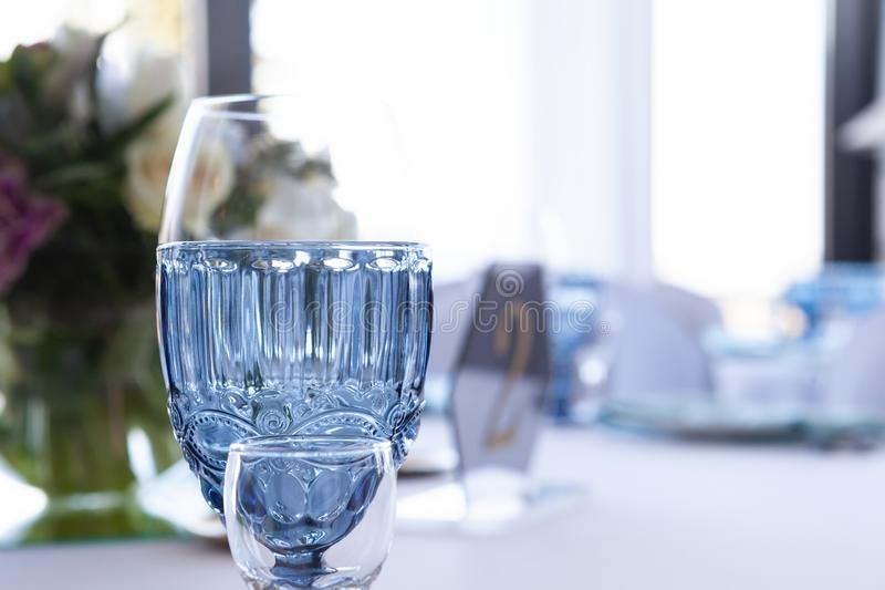 Gläser auf der Hochzeitstafel auf einem hellen Hintergrund, Nahaufnahme stockfotografie
