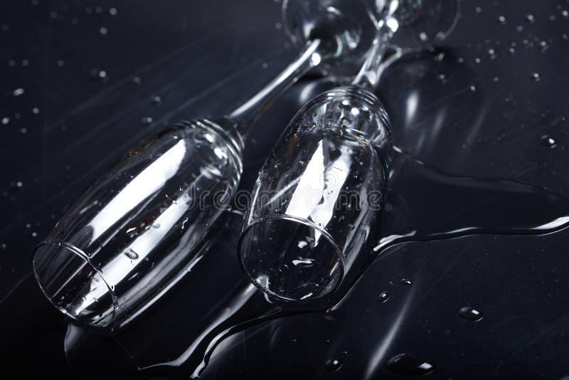 Gläser auf der Tabelle lizenzfreies stockfoto