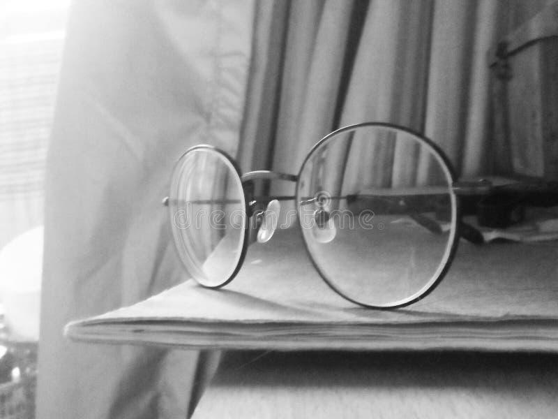 Gläser auf einem Notizbuch stockbilder