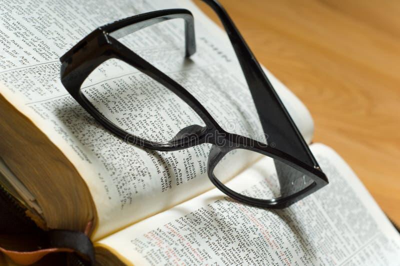 Gläser auf einer Bibel lizenzfreies stockfoto