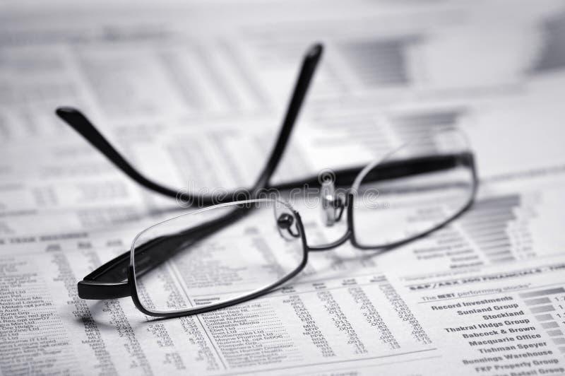 Gläser auf einer Zeitung stockfoto