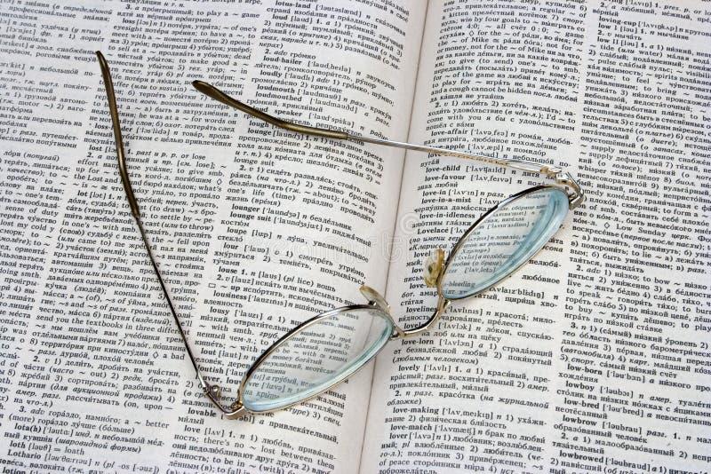 Gläser auf geöffnetem Buch lizenzfreie stockbilder