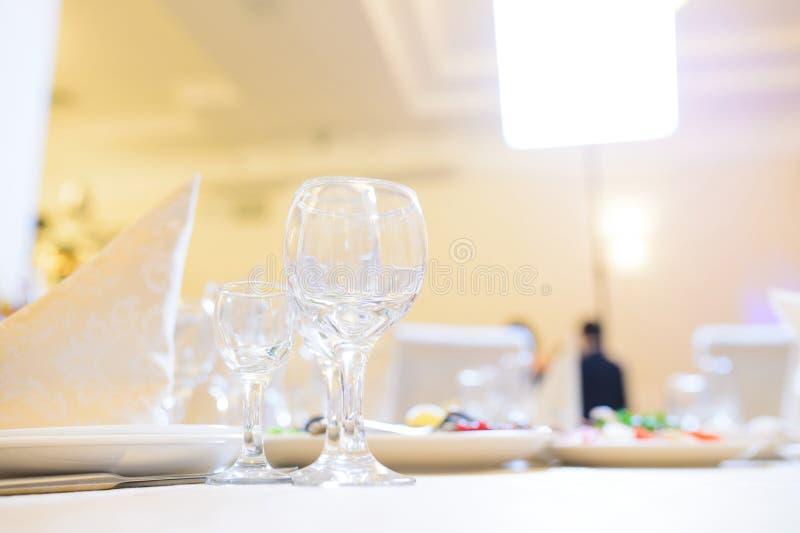 Gläser auf Tabelle lizenzfreie stockfotos