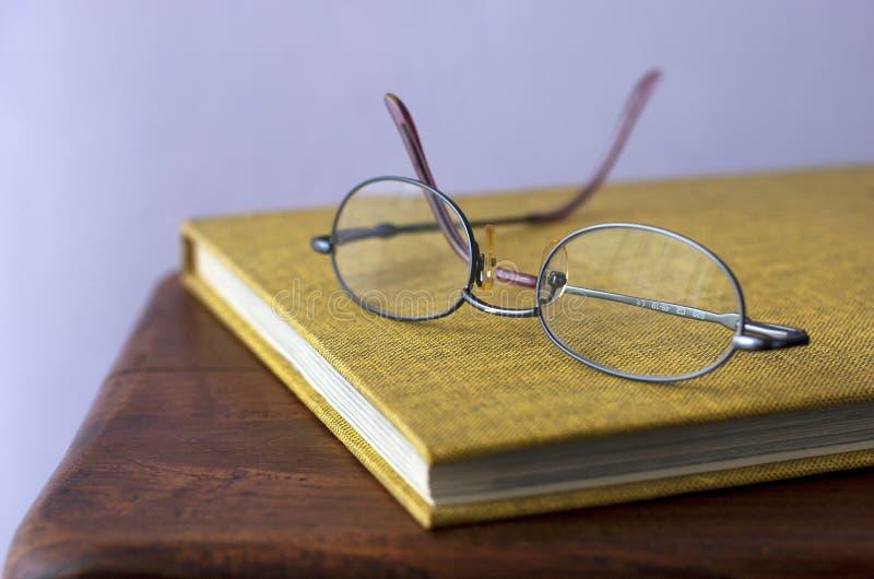 Gläser. Buch lizenzfreie stockbilder