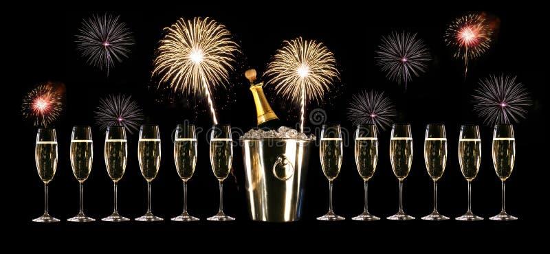 Gläser Champagner mit Feuerwerken stockfotos