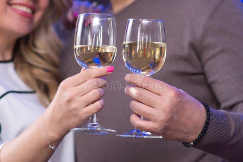 Gläser in den Händen eines Paares stockbild