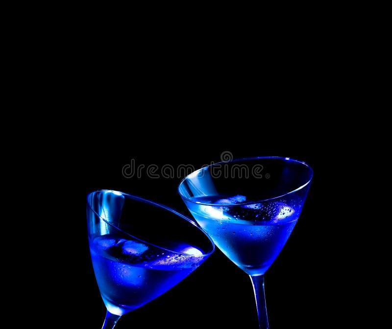 Gläser des frischen blauen Cocktails mit Eis machen Beifall stockfotos