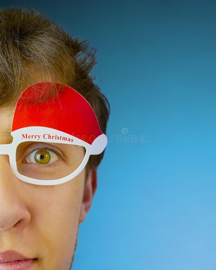 Gläser des jungen Mannes mit den Wörter frohen Weihnachten stockbilder