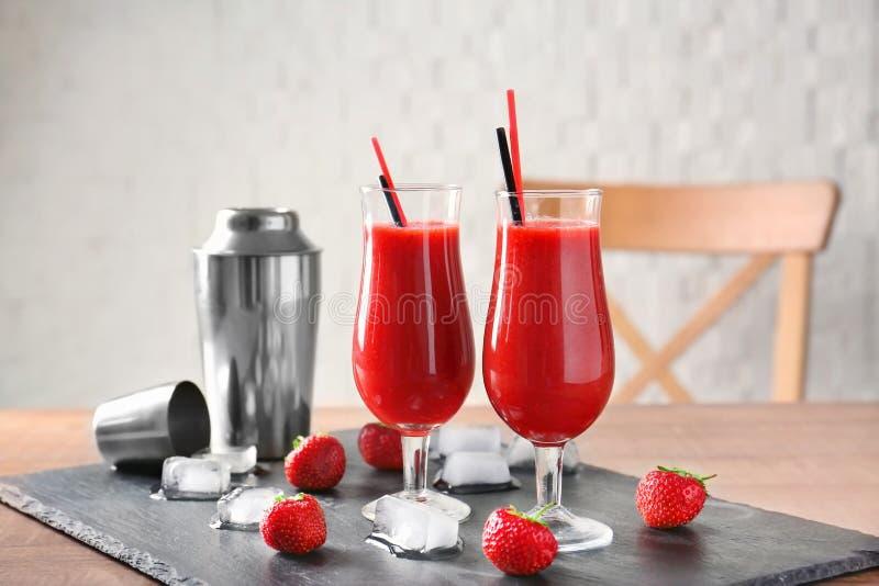 Gläser des köstlichen Erdbeeredaiquiri stockfotos