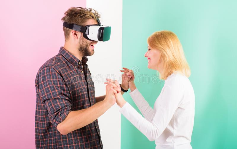 Gläser des Mannes VR genießen Videospiel Bestes Geschenk überhaupt Mann genießen virtuelle Realität Das glückliche Mädchen mag er stockbilder