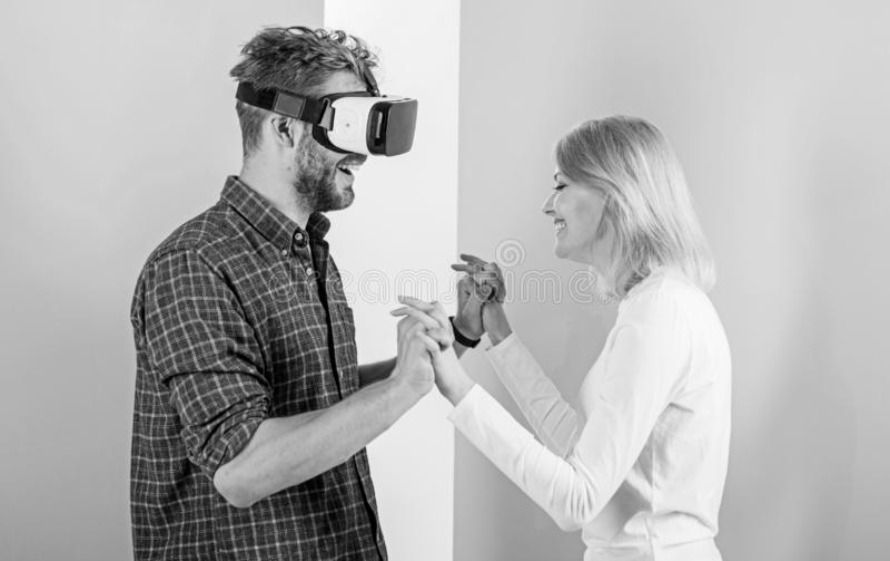 Gläser des Mannes VR genießen Videospiel Bestes Geschenk überhaupt Mann genießen virtuelle Realität Das glückliche Mädchen mag er stockfoto