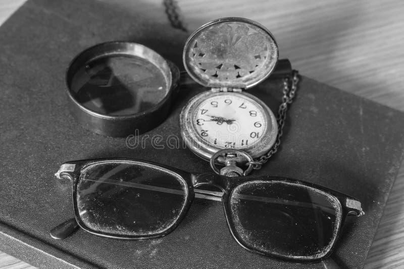 Gläser des Staubes und der alten Uhr lizenzfreies stockbild