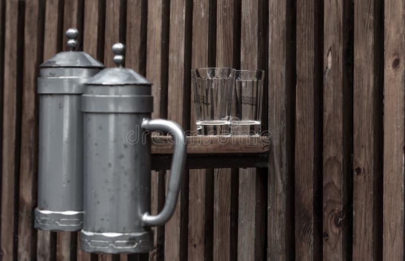 Gläser, die auf einer improvisierten Tabelle stehen lizenzfreies stockbild