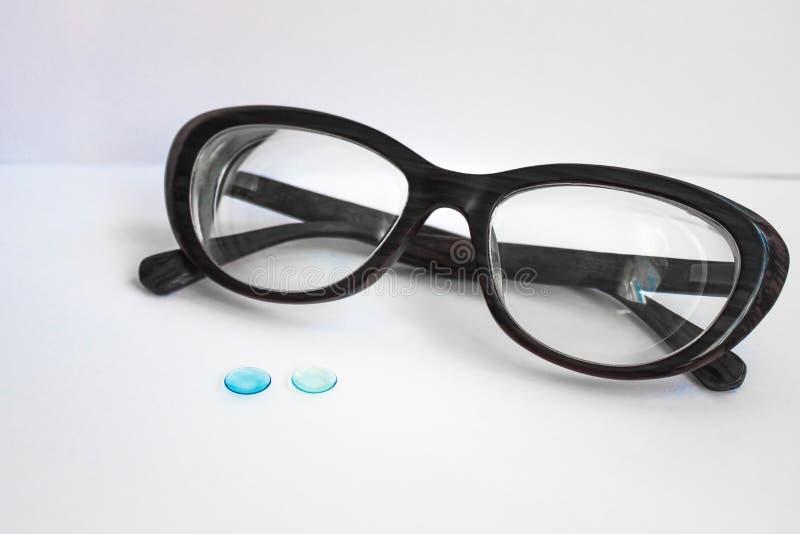 Gläser in einem schwarzen Rahmen und Linsen für die Augen lizenzfreie stockbilder