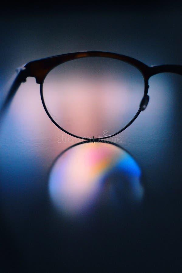 Gläser in einer Tabelle stockfotografie