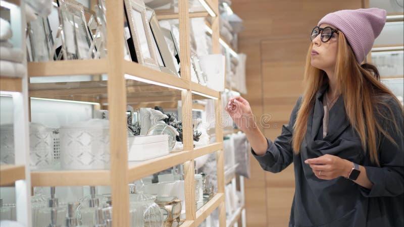 Gläser einer wählt junge Hippie-Frau in Mode Haupt-acessories im Speicher Einkaufen lizenzfreie stockfotografie
