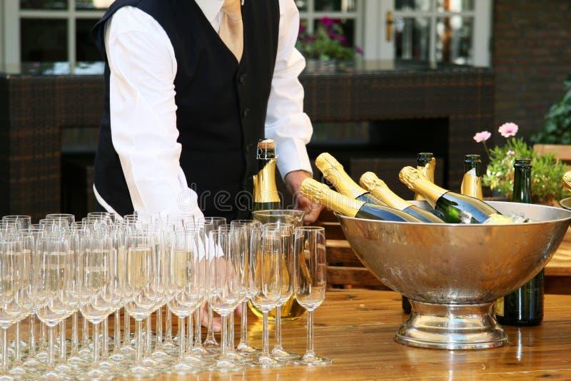 Gläser eines Kellner gefüllte Champagners stockfotos
