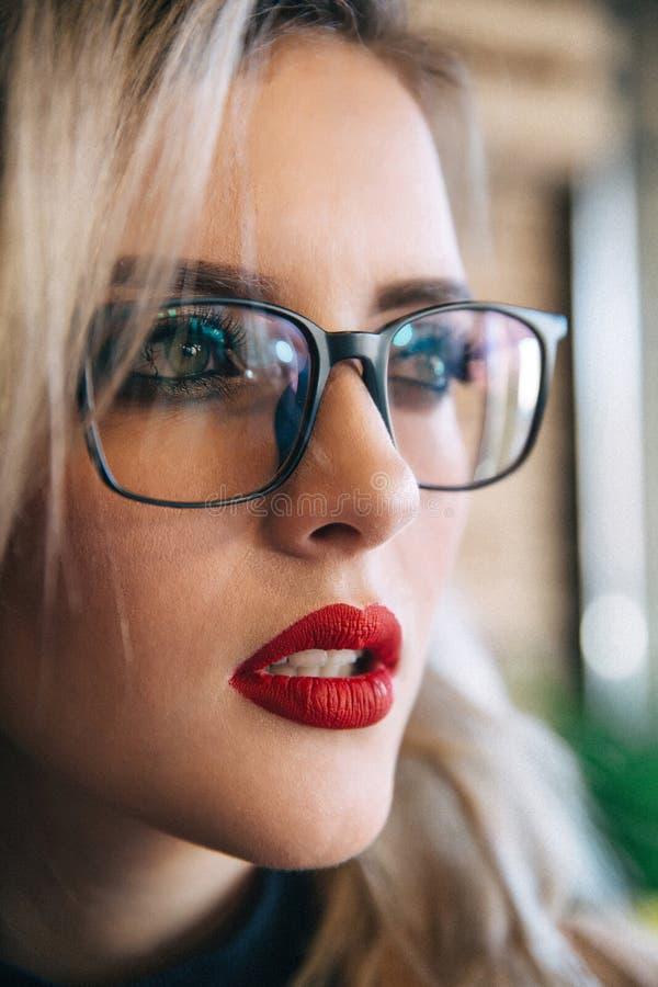 Gläser Eyewear-Frauenporträt, das weg schaut Schließen Sie herauf Portrait der Frau lizenzfreies stockbild