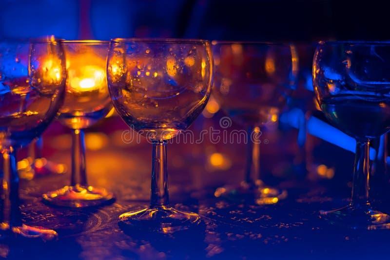 Gläser für alkoholische Getränke in den Strahlen stockfoto