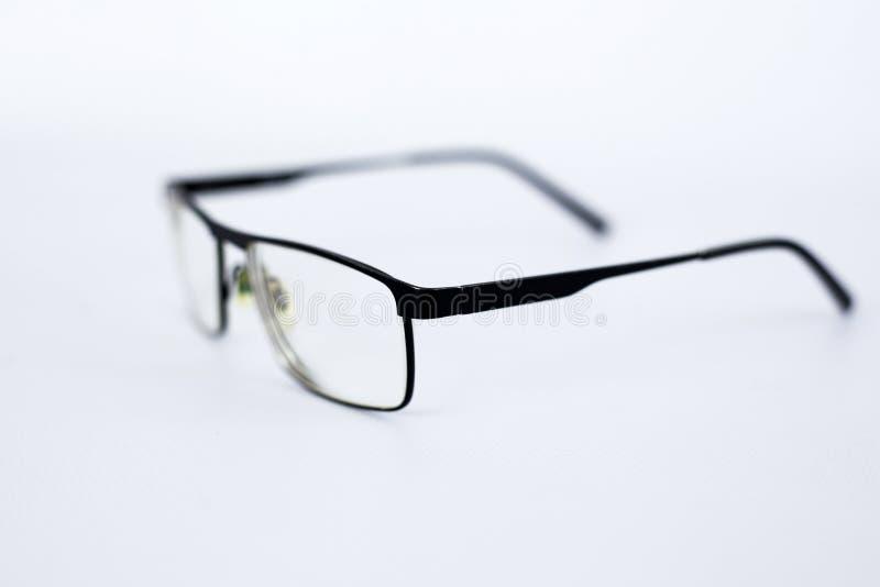 Gläser für die Person mit Sehstörungen, schlecht anvisiert Gläser mit aspherical astigmatischen Linsen im schwarzen Rahmen auf ei lizenzfreies stockbild
