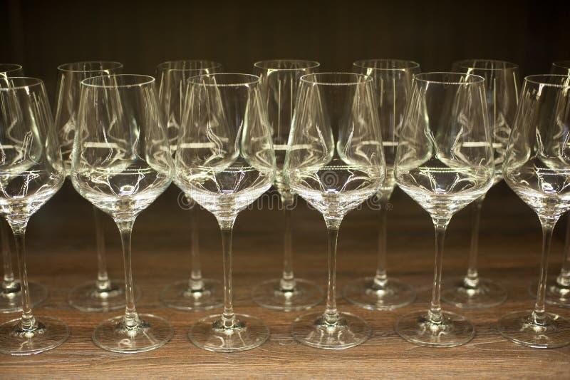 Gläser für Wein auf einem Holztisch lizenzfreie stockfotos