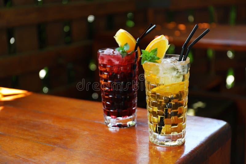 Gläser köstliche Cocktails mit Eis lizenzfreie stockbilder