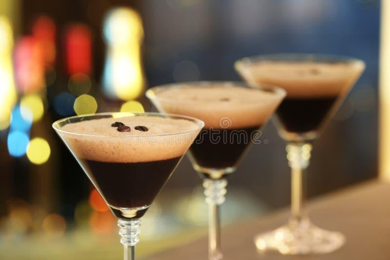 Gläser köstlicher Espresso Martini auf unscharfem Hintergrund stockbild