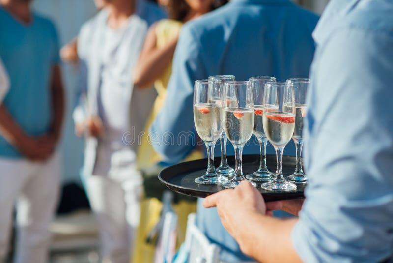 Gläser kalter Champagner mit einer Scheibe von Erdbeeren an der Hochzeitszeremonie auf Santorini stockbilder
