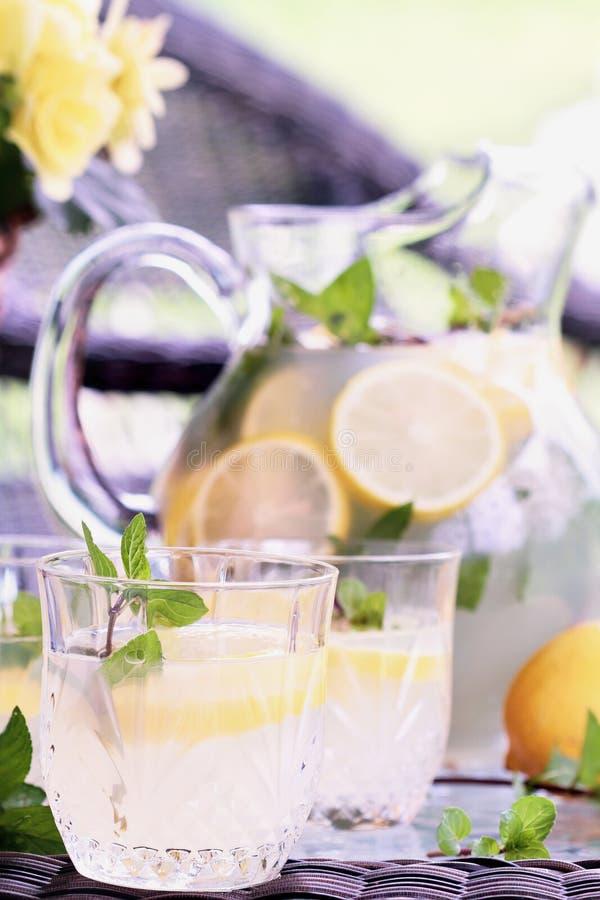 Gläser Limonade auf äußerer Tabelle stockfotografie