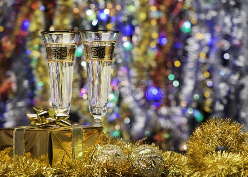 Gläser mit Champagner und einem Geschenk stockfoto