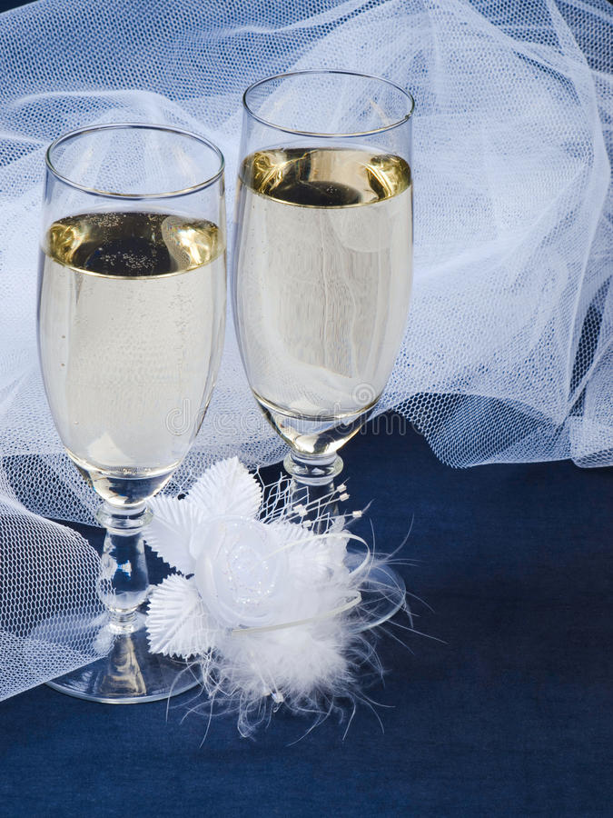 Gläser mit Champagner und Hochzeitsknopfloch stockfotografie