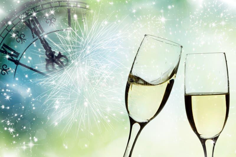 Gläser mit Champagner und Lichterkette lizenzfreie stockfotos