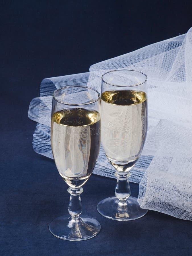 Gläser mit Champagner und Schleier lizenzfreies stockbild