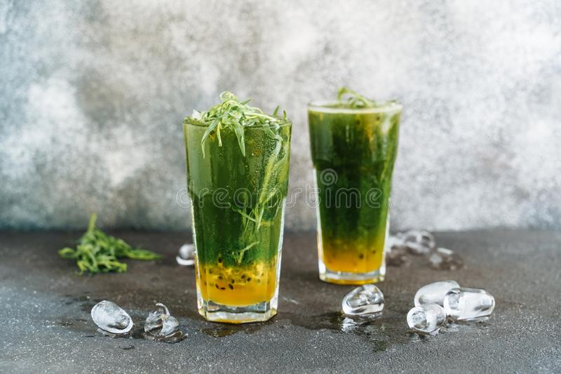 Gläser mit Estragon-und Maracuja-Limonade lizenzfreie stockfotografie