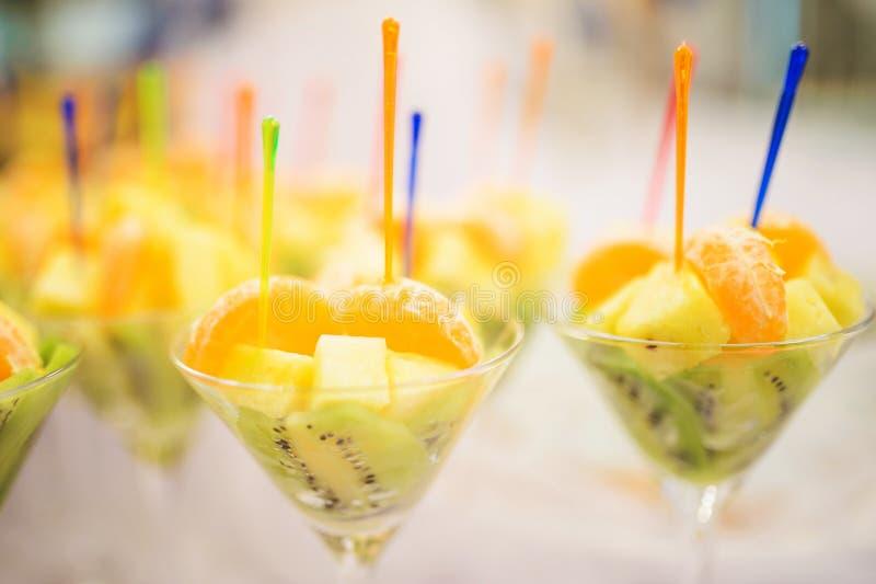 Gläser mit geschnittenen Früchten stockfotos