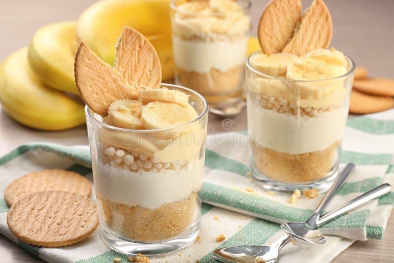 Gläser mit köstlichem Bananenpudding stockbild