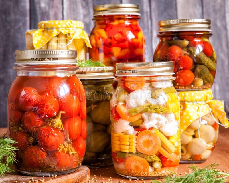 Gläser mit mariniertem Gemüse lizenzfreie stockbilder