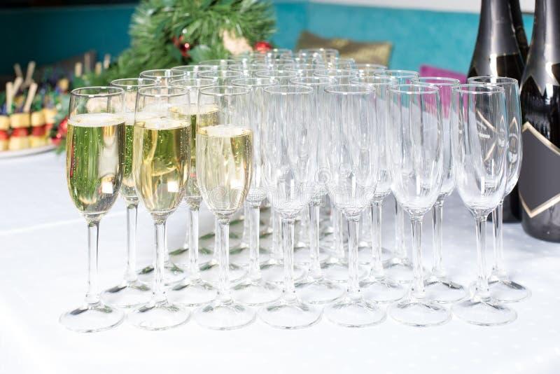 Gläser mit shampagne in der Reihe stockfotografie